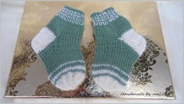 Babysocken für Neugeborene, handgestrickt, Farbe: Salbei/Weiß - Handarbeit kaufen