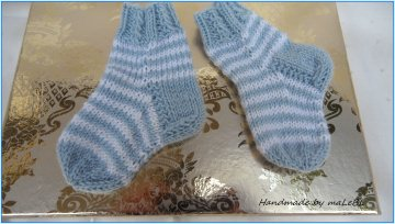 Babystrümpfe für Neugeborene, handgestrickte Ringelsöckchen aus Wolle (Merino) in hellblau/weiß. Auch toll als Geschenk zur Geburt  - 1370