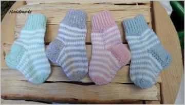 Babystrümpfe für Neugeborene, Ringelsöckchen, Babysocken gestrickt  aus Wolle (Merino), handgestrickt, Farbe nach Wahl. Auch toll als Geschenk zur Geburt Babyparty - 1264
