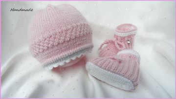 Hangestricktes Neugeborenen-Set für kleine Mädels. Aus 100 % Merinowolle in rosa und weiß. Auch super als Geschenk zur Geburt und zur Taufe  - 1210