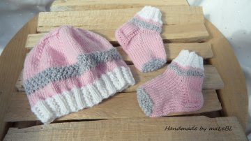 Handgestricktes Frühchen-Set, Frühchenmütze mit Söckchen sind aus  100 % Wolle (Merino) in rosa/weiß/silbergrau - 1368