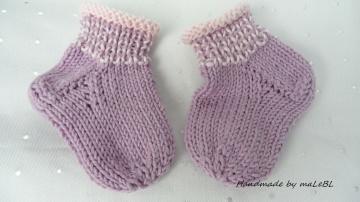 Handgestrickte Babysocken aus Wakame und Biobaumwolle, lila rosé  - Handarbeit kaufen