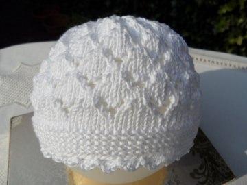 Babymütze, handgestrickt, weiß, aus Baumwolle in einem aufwändiger Ajourmuster gearbeitet. Schön auch als Taufmütze oder als Geschenk zur Geburt - 1128