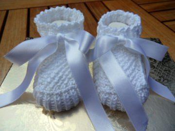 Taufschuhe gestrickt, Größe 0-3 Mon., in weiß. Mit Satinschleife zum Binden aus 100 % Baumwolle - 1171