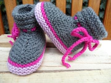 Gestrickte Babybschühchen Gr. 3-6 Mon., dunkelgrau, rosa und pink - Handarbeit kaufen