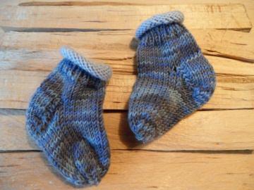 Gestrickte Babysocken,  Neugeborenensocken, erste Babysöckchen aus 100 % Wolle (Merino) handgestrickt. Auch toll als Geschenk zur Geburt - 1200