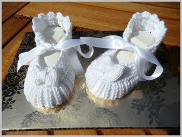 Gestrickte Taufschühchen, Größe: 2-4 Mon, in weiß. Handgestrickt mit Satinschleife zum Binden aus  100 % Baumwolle - 1229