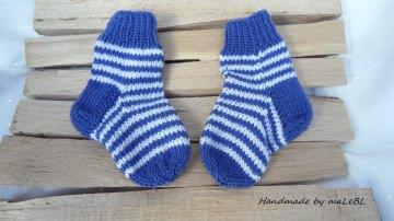 Babysocken Gr. 0-2 Mon. Fl. 8 cm. Gestrickte Ringelsöckchen aus 100 % Wolle (Merino) in jeansblau/weiß. Auch toll als Geschenk zur Geburt oder Taufe - 1365