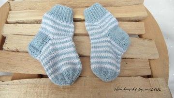 Babysöckchen Gr. 0-2 Mon., handgestrickt aus Wolle (Merino)  - Handarbeit kaufen