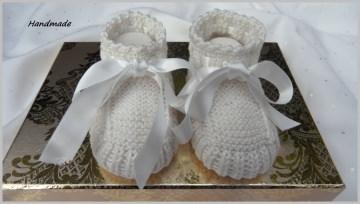Gestrickte Taufschuhe aus Baumwolle in creme, mit Satinschleife - Handarbeit kaufen