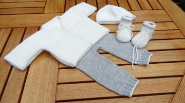 Neugeborenenset (4-teilig) Strickjacke, Hose, Mütze und Schuhe - Handarbeit kaufen
