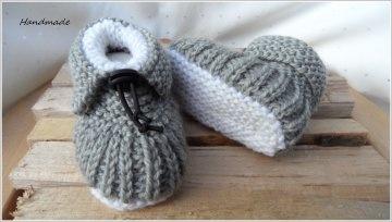 Babyschuhe Größe 9-12 Mon. Diese Babyschühchen sind handgestrickt aus Wolle (Merino) in den Farben silbergrau/weiß - 1313