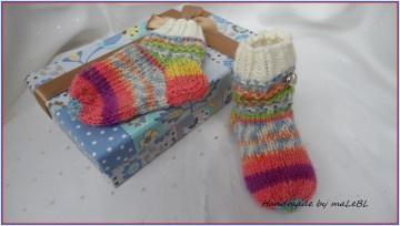 Babysocken für Neugeborene, handgestrickt in bunten fröhlichen Farben. Zur Erstausstattung aber auch toll als Geschenk zur Geburt - 1356