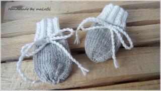 Gestrickte Babyhandschuhe in silbergrau/weiß. Die Handschuhe sind aus Merinowolle zum Binden. Auch toll als Geschenk zur Geburt oder Taufe - 1351