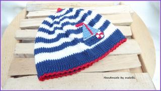 Gestrickte Babymütze, Kindermütze,  Die Mütze ist aus 100 % Baumwolle handgestrickt in weiß/blau/rot mit einem gehäkelten Segelboot - 1241