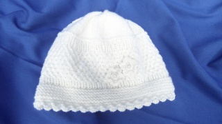 Babymütze Taufmütze handgestrickt aus Wolle (Merino) in weiß - Handarbeit kaufen