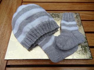 Neugeborenen-Set Baby-Set Babymütze Babysocken. Aus Schurwolle (Merino) in silbergrau/weiß, handgestrickt. Toll als Geschenk zur Geburt - 1125