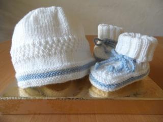 Gestricktes Taufset, Taufmütze und Taufschuhein in weiß/blau - Handarbeit kaufen