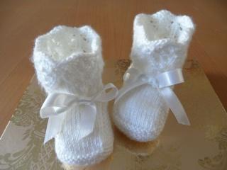 Gestrickte Taufschuhe, Größe 0-5 Mon. Babyschuhe aus 100 % Polyacryl,  handgestrickt in weiß. Super für die Taufe -  aber auch für jeden Tag - 1114