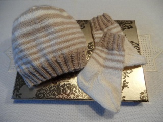 Gestricktes Neugeborenen-Set, Babymütze, Babysocken. Aus 100 % Schurwolle (Merino) in milchkaffee/sahne, handgestrickt. Toll als Geschenk zur Geburt - 1149