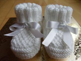 Gestrickte Taufschuhe.  Die Babyschühchen sind aus 100 % Polyacryl  handgestrickt in weiß. Super für die Taufe -  aber auch für jeden Tag -1151