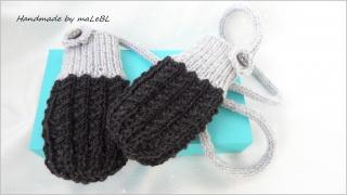Gestrickte Babyhandschuhe in anthrazit/silbergrau mit Kordel. Die Handschuhe sind aus Wolle (Merino) handgestrickt.  - 1341