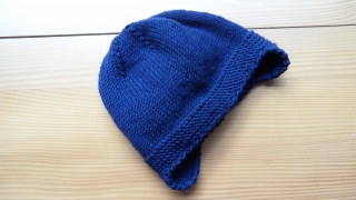 Babymütze  handgestrickt mit Ohrklappen aus Wolle (Merino), Blau - Handarbeit kaufen