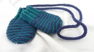 Babyhandschuhe handgestrickt mit Kordel, Blau, aus Wolle (Merino) - Handarbeit kaufen