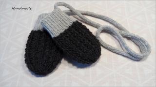 Babyhandschuhe in anthrazit/grau mit Kordel. Die Handschuhe sind aus Schurwolle handgestrickt. Auch toll als Geschenk zur Geburt Babyparty Taufe - 1300