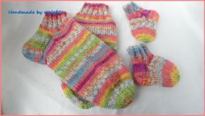 Wollsocken für Mama und Baby, bunt, handgestrickt, Geschenk Geburt - Handarbeit kaufen