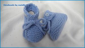Babyschuhe in hellblau, handgestrickt für kleine Jungen