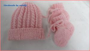 Für Mädchen in rosa. Set für Frühchen – Mütze und Socken - Handarbeit kaufen