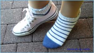 Sneaker Socken, handgestrickt, Gr. 38/39, weiß, blau - Handarbeit kaufen