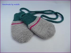 Baby-Handschuhe, Fäustlinge, handgestrickt mit Kordel, grau/grün - Handarbeit kaufen