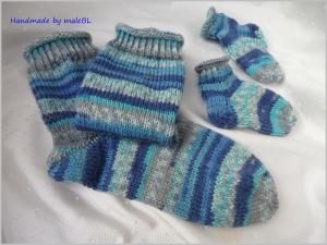 Handgestrickte Babysocken mit passenden Wollsocken für Mama. Die Wollsocken sind extra warm. - Handarbeit kaufen