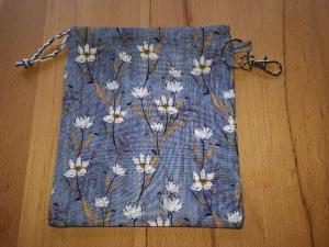 Maskentasche / Maskenbeutel Denim blau geblümt für medizinische Masken (auch FFP2) - Handarbeit kaufen
