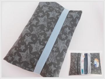 Windeltasche/Wickeltasche in dunkelgrau mit hellgrauen Kritzelsternen in Kombination mit Hellblau