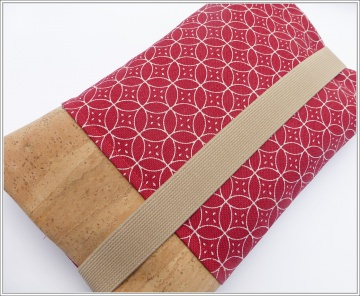 Windeltasche/Wickeltasche in einer Kombination von Canvas und Kork, Retrokreise in Rot mit Weiß