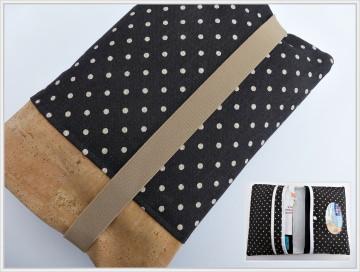 Windeltasche/Wickeltasche genäht in  einer Kombination aus  Canvas und Kork in den Farben Schwarz und Weiß mit kleinen Pünktchen