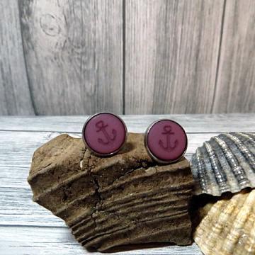 Schöne maritime Ohrringe in lila mit einem Anker