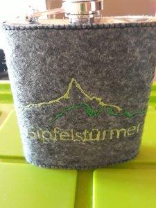 Flachmannhülle aus Filz, bestickt mit Berge, Gipfelstürmer,