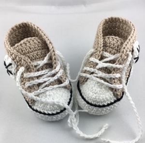 gehäkelte Babyturnschuhe in beige mit einem Streifen in schwarz (107) - kostenloser Verand