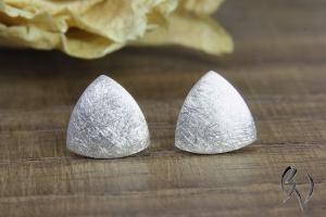 Handgemachte Ohrstecker aus Silber 925/- , kleines Dreieck, mattgekratzt - Handarbeit kaufen