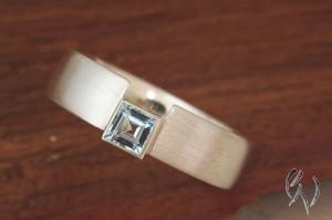 Handgemachter Ring aus Silber 925/-  mit hellblauem Topas