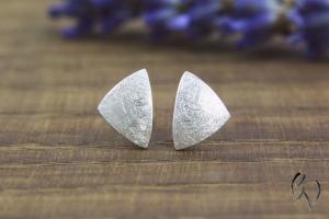 Handgemachte Ohrstecker aus Silber 925/-, kleine Dreiecke, mattgekratzt - Handarbeit kaufen