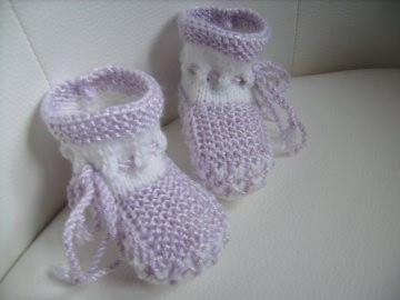 handgestrickte süße Babyschühchen,   weiß mit  fliederfarbenem Muster