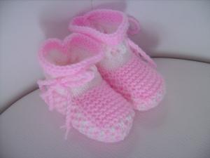 handgestrickte süße Babyschühchen,   weiß mit  rosafarbenem Muster  - Handarbeit kaufen