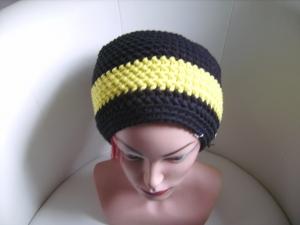 handgehäkelte Mütze aus Baumwollemischgarn, schwarz mit gelben Streifen, KU 54-58cm