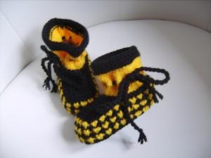 handgestrickte süße Babyschühchen, schwarz-gelb, 100%Polyacryl      - Handarbeit kaufen