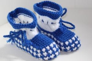 handgestrickte süße Babyschühchen, weiß-blau, 100%Polyacryl          - Handarbeit kaufen